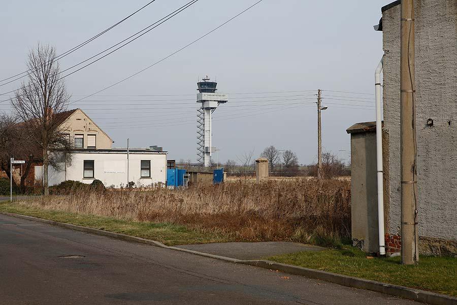 Unter den wachsamen Augen der Tower-Mitarbeiter spielten die Kinder von Kursdorf Fußball.