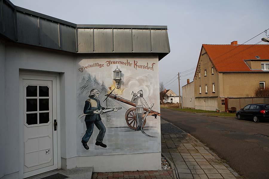 Die Freiwillige Feuerwehr Kursdorf existiert noch weiter  als Traditionswehr. In dem Vereinshaus, das der Stadt gehört, steht noch Technik im Feuerwehrhaus, die aber bald abgeholt werden soll.