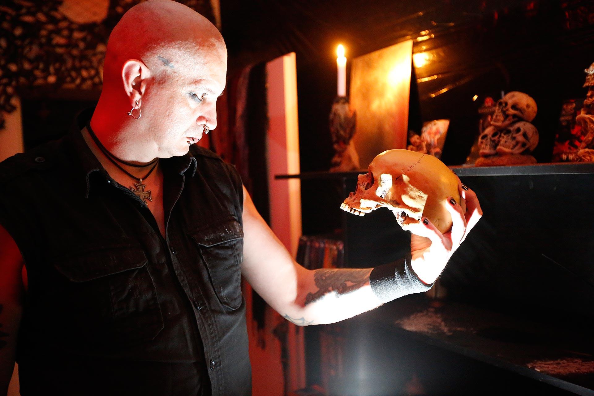 Mag es düster: Marzo MC Cutter in seiner Grufti-Wohnung
