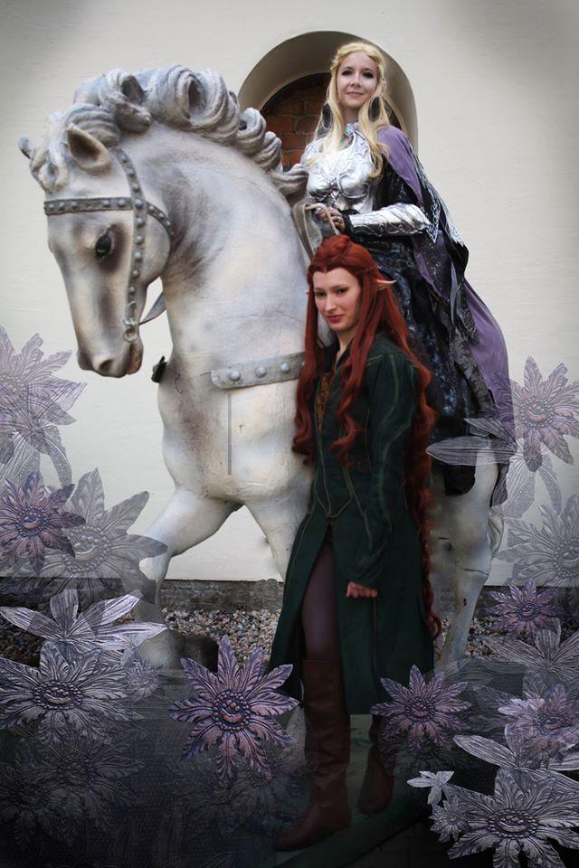 Auf dem Pferd ist Mira Sommer als Elvenqueen of Mirkwood verkleidet. Neben dem Pferd ist Tauriel, eine Cosplayerin.