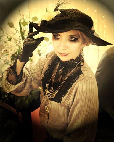 Diesen Jugendstil-Hut hat Mira Sommer selbst designt. Das Bild stammt von einer ihrer selbst veranstalteten Mottopartys, die im Stil von Art Nouveau/Jugendstil abgehalten wurde.