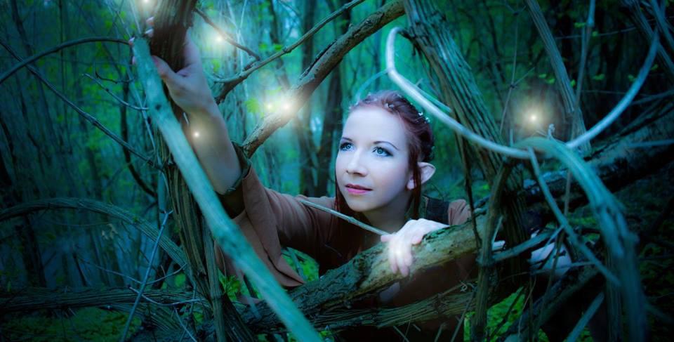 Dieses Bild ist 2013 in einem Wald in Leipzig entstanden. Mira Sommer in einem selbst designten und produzierten Waldelben Kostüm.
