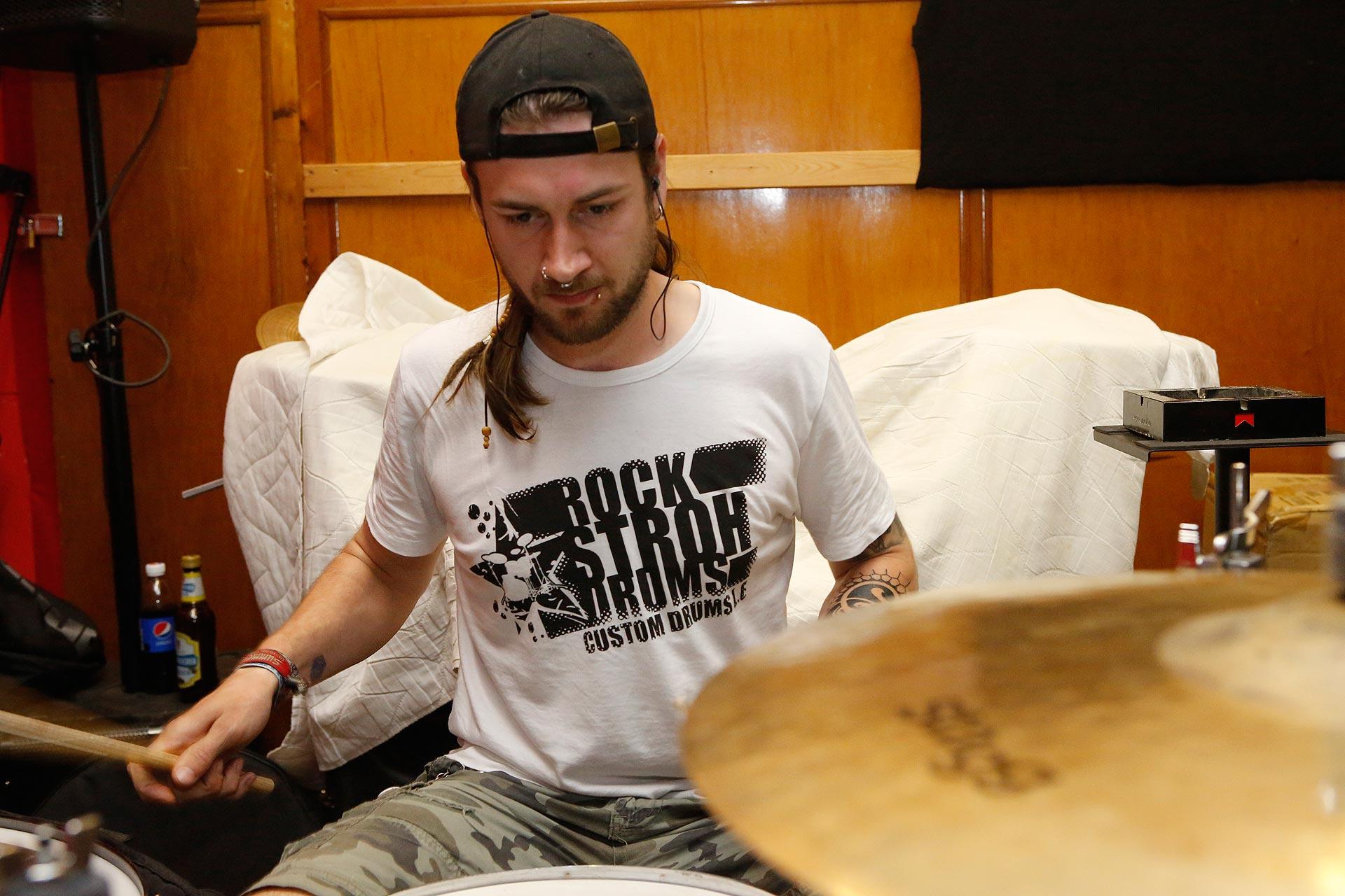 Volle Konzentration am Schlagzeug
