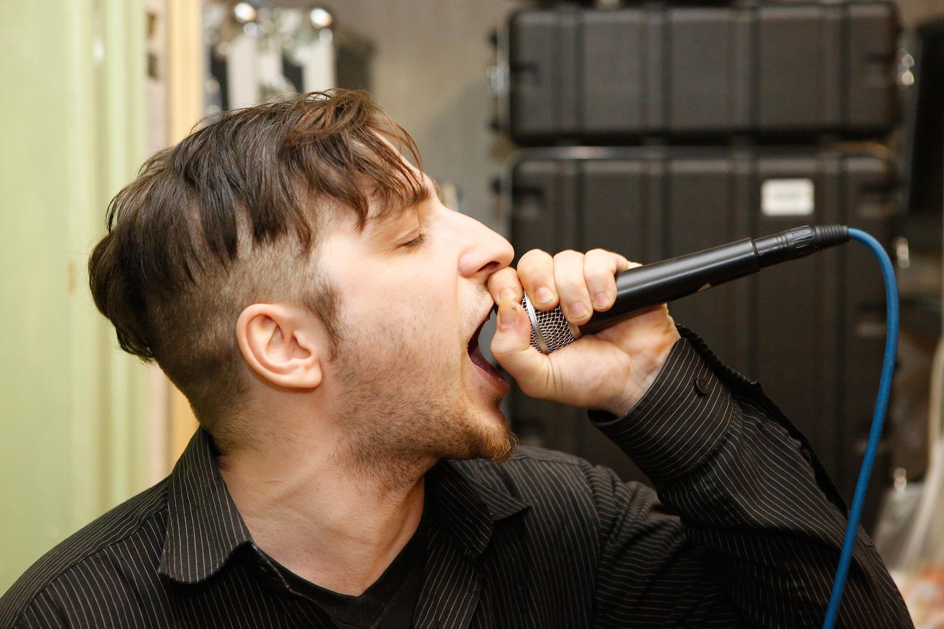 Takkker ist der Sänger der Grufti-Band.