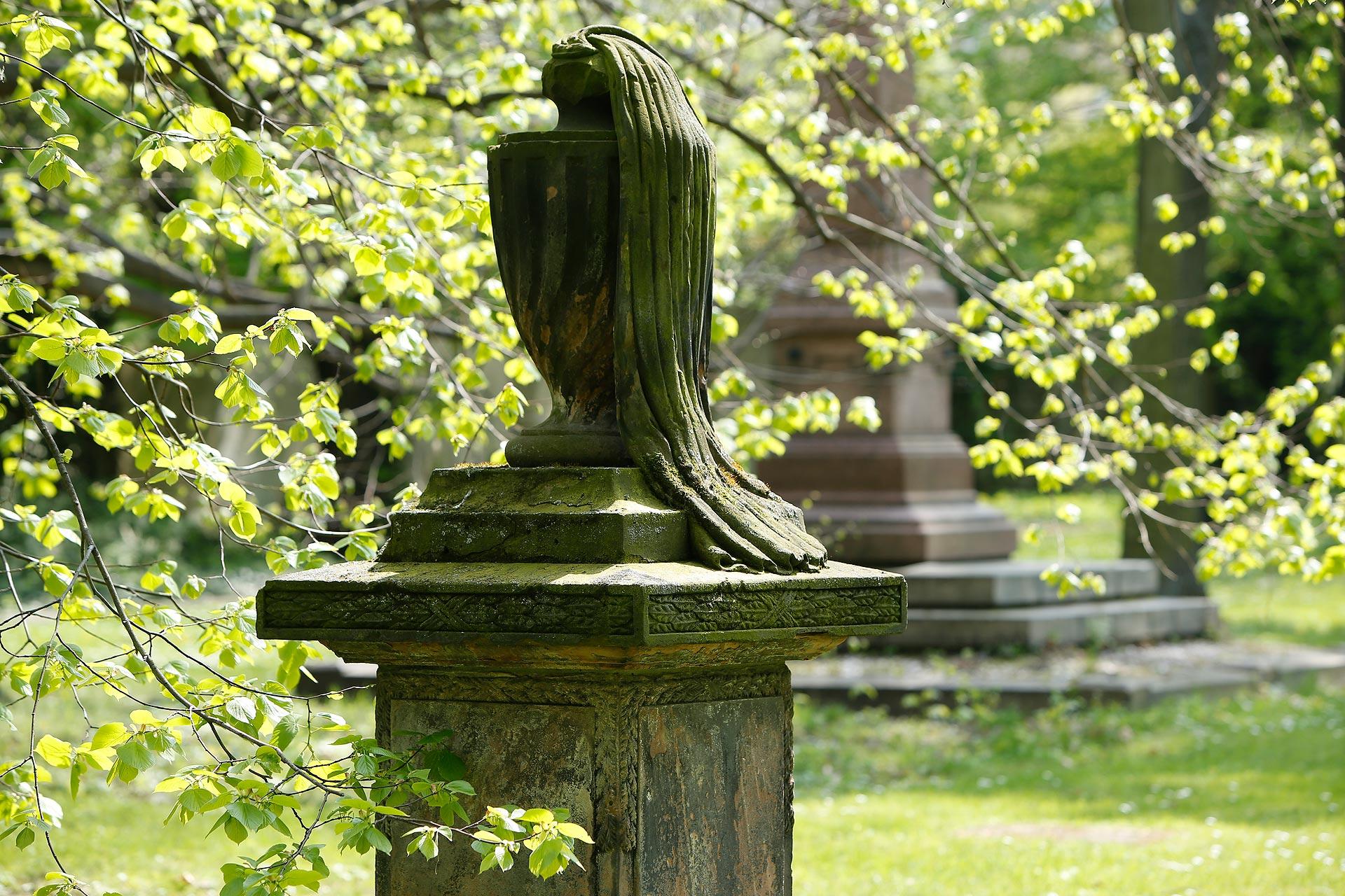 Melancholisch: Mira Sommer ist gern auf Friedhöfen unterwegs, wie dem Alten Johannisfriedhof.
