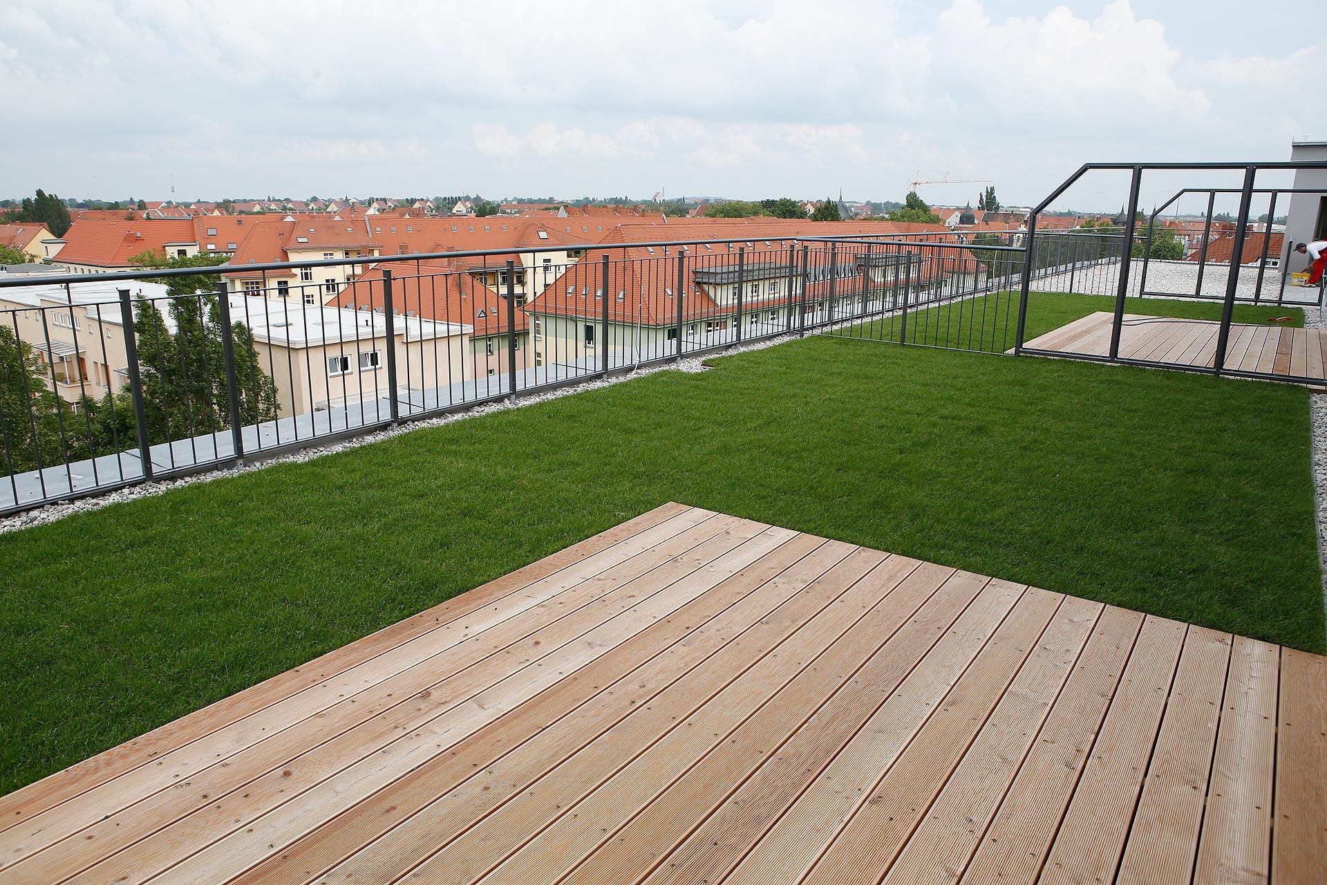 Zu jedem Haus gehört eine Terrasse mit kleiner Grünfläche.