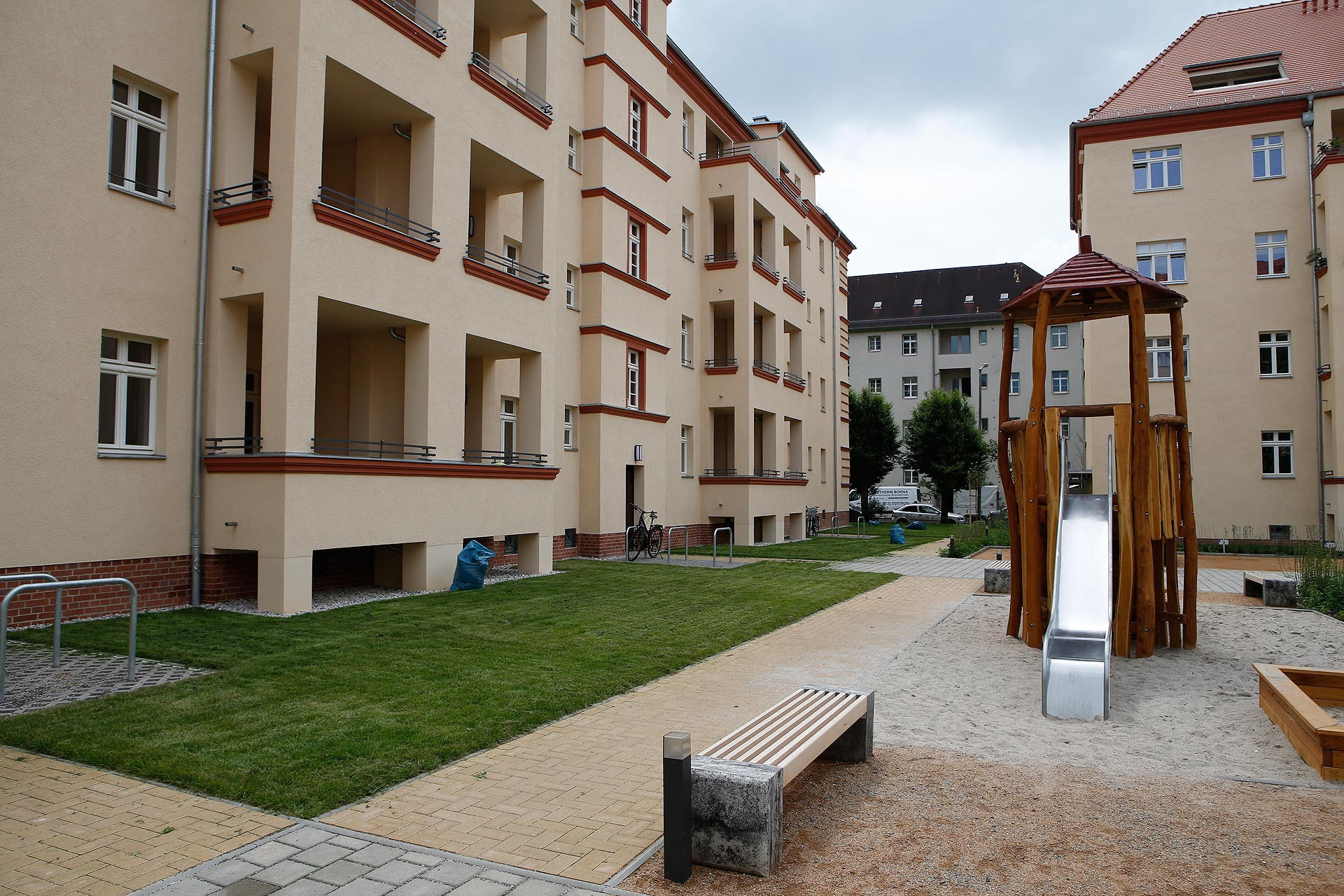 Die GRK sanierte die Häuser. Heute können im Innenhof Kinder spielen.