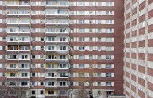 Blick auf elfgeschossige Plattenbauten im Neubaugebiet Grünau in Leipzig (Foto vom 12.02.2007). Der Leerstand zwingt die Wohnungsunternehmer dazu, in diesem Jahr im Stadtteil Grünau 731 Wohnungen zu vernichten. Der Abriss der riesigen Blöcke ist Teil des Stadtumbaus. 9243 Wohnungen sind in Leipzig seit der Wende bereits verschwunden, etwa die Hälfte davon allein in Grünau. Nach Prognosen der Stadtentwicklungsplaner werden bis 2020 in Grünau noch 700 Quartiere weggerissen. Als die Wohnblöcke ab 1976 entstanden, war ein großer Bedarf an Wohnungen vorhanden, da die Altbauten in der Stadtmitte noch nicht saniert waren. Die Bürger sind gern nach Grünau gezogen, da die Wohnqualität höher war als in den Altbauten. Foto: Jan Woitas/lsn (zu Korr.-Bericht