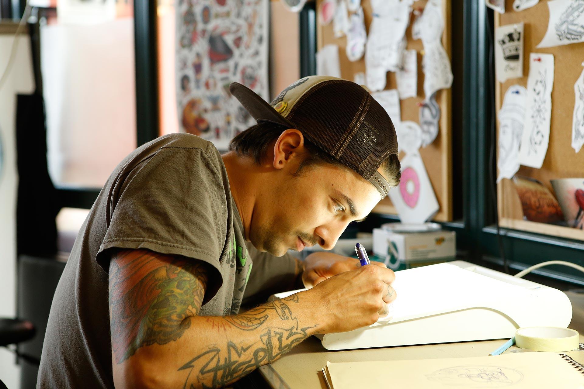 Tätowierer Philip Rost zeichnet die Skizze für das Tattoo.
