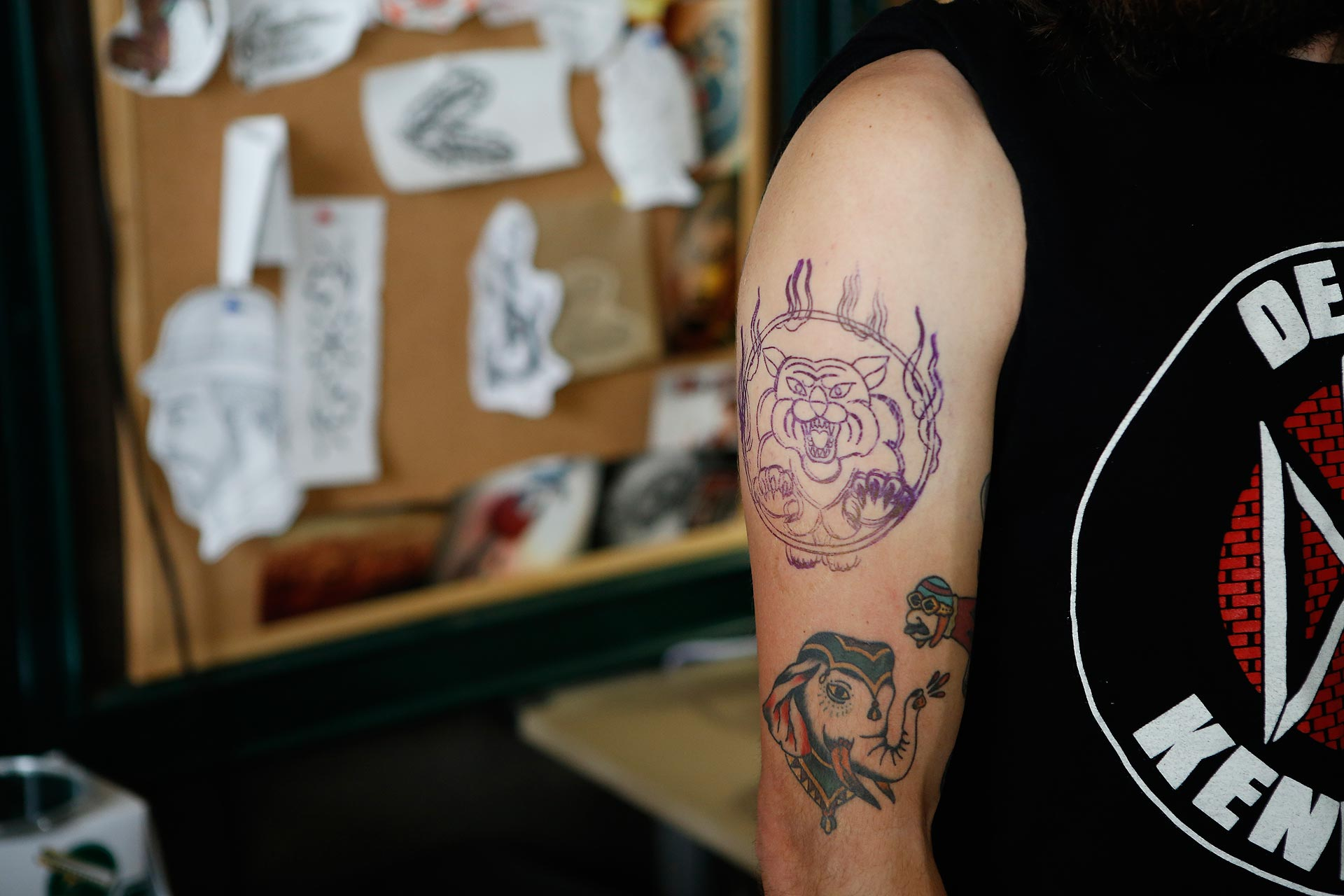 Benjamin Kopf lässt sich im Leipziger Tattoostudio Tattoo-Café am Arm tätowieren.