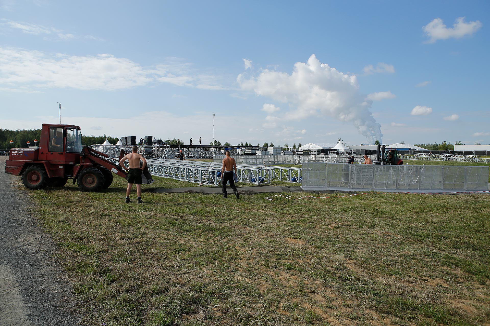 Viele Helfer werden für den Aufbau gebraucht: Insgesamt sind auf dem Festival 2500 Menschen im Einsatz.