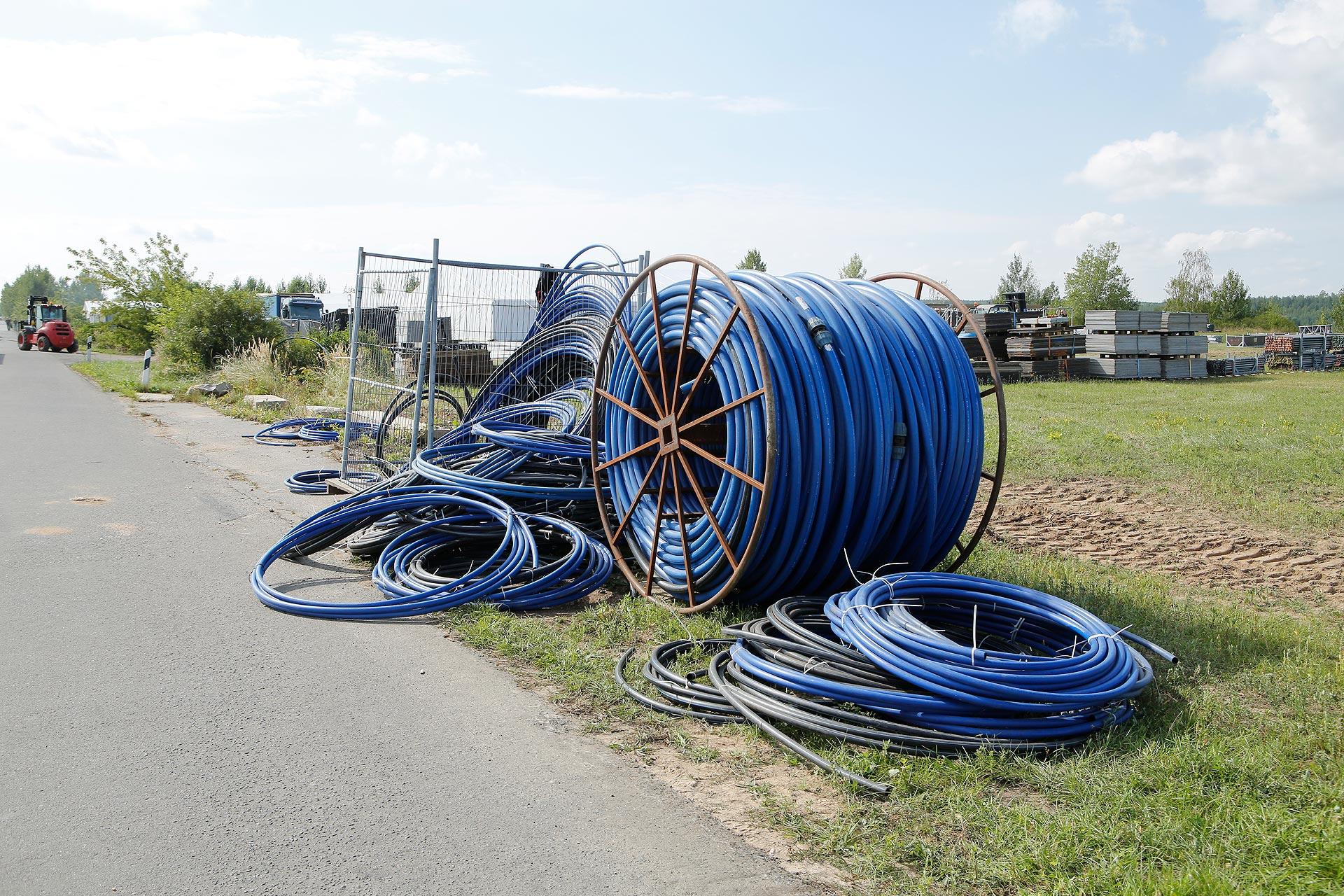 Hunderte Meter Wasserleitungen werden für das Event verlegt.