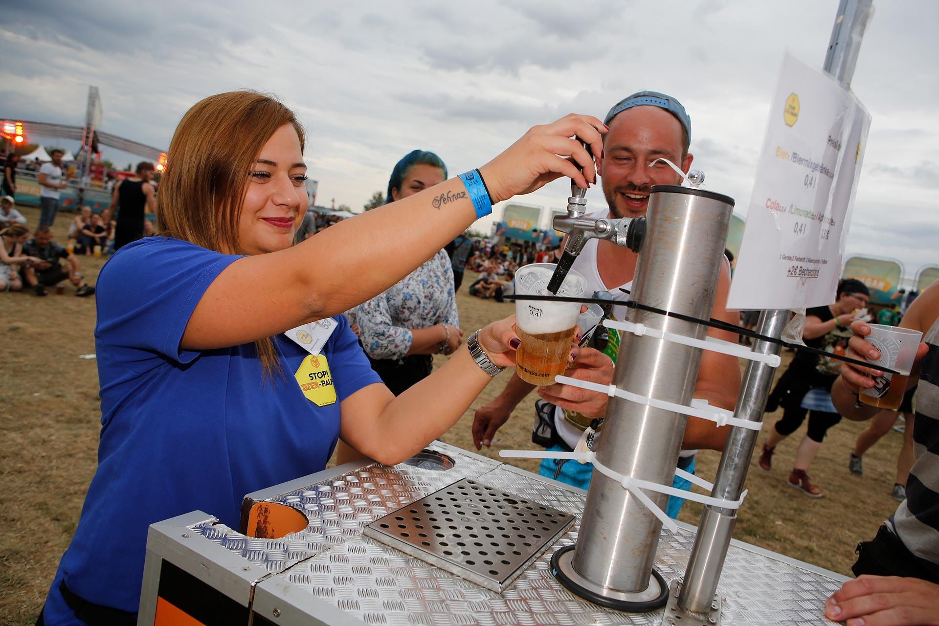 Bier zapfen im Akkord müssen Grafs Leute auf dem Festival.