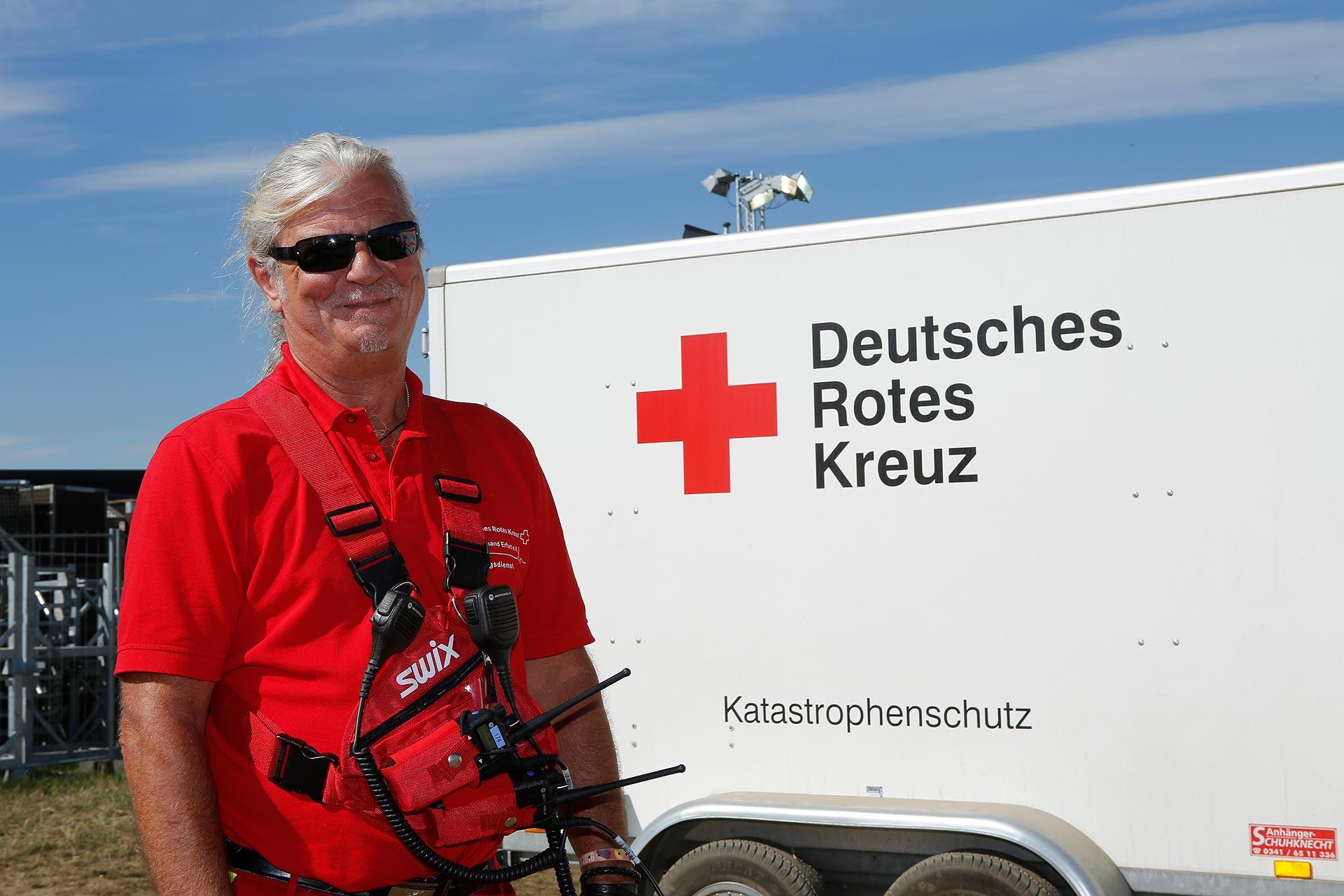 Frank Beger vom DRK Erfurt unterstützt die Kollegen in Großpösna.