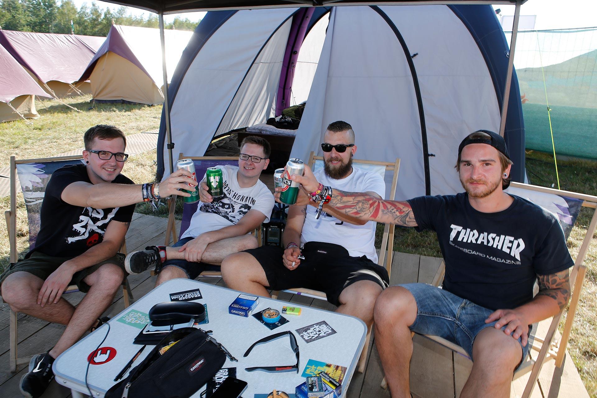 So lässt es sich aushalten: auf dem Edelcampingplatz trinken die Besucher gekühltes Bier.