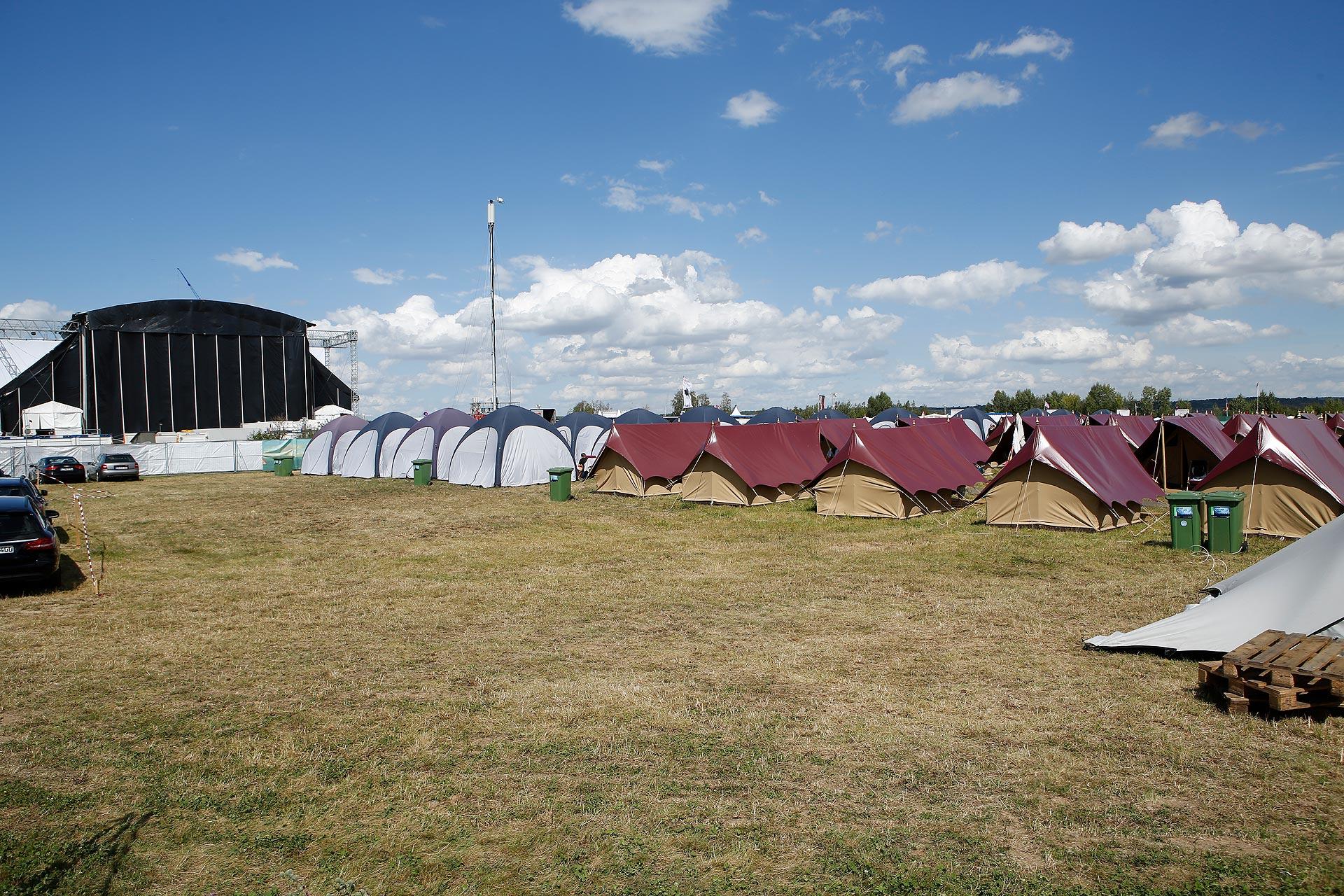 Auf dem Edelcampingplatz gibt es WLAN und Wasserklosetts.