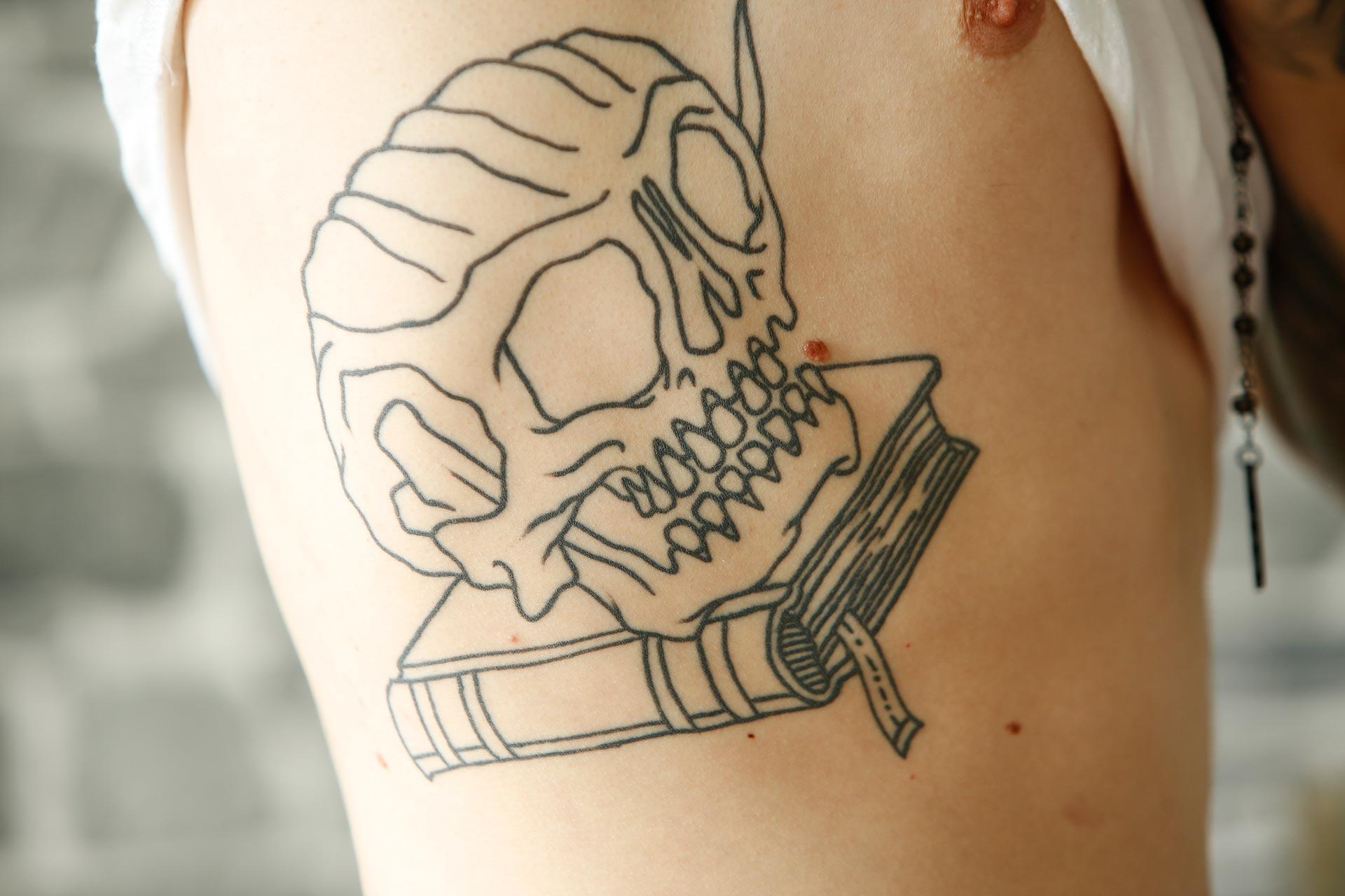 Der Totenkopf über dem Bücherstapel soll Mertens Lebensweg darstellen - das Motiv wächst mit der Zeit.