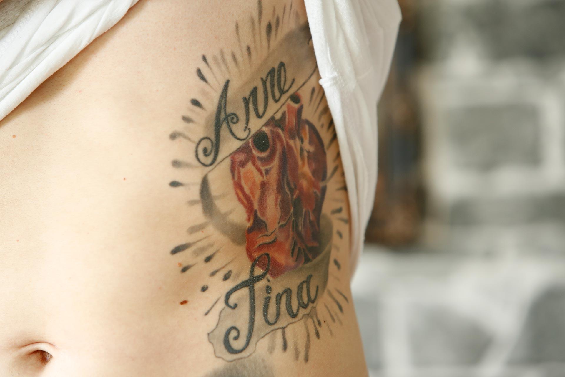 Dieses Tattoo ist seinen Schwestern gewidmet.