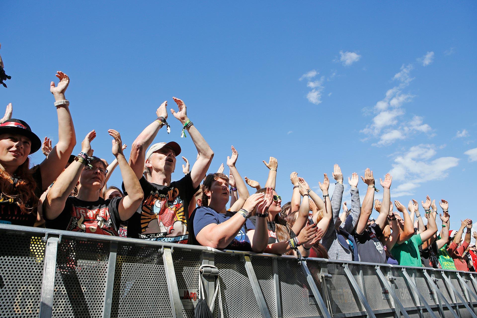 Lustige Truppe: Die Monsters of Liedermaching behaupteten sich zwischen den Metalbands auf dem Highfield.