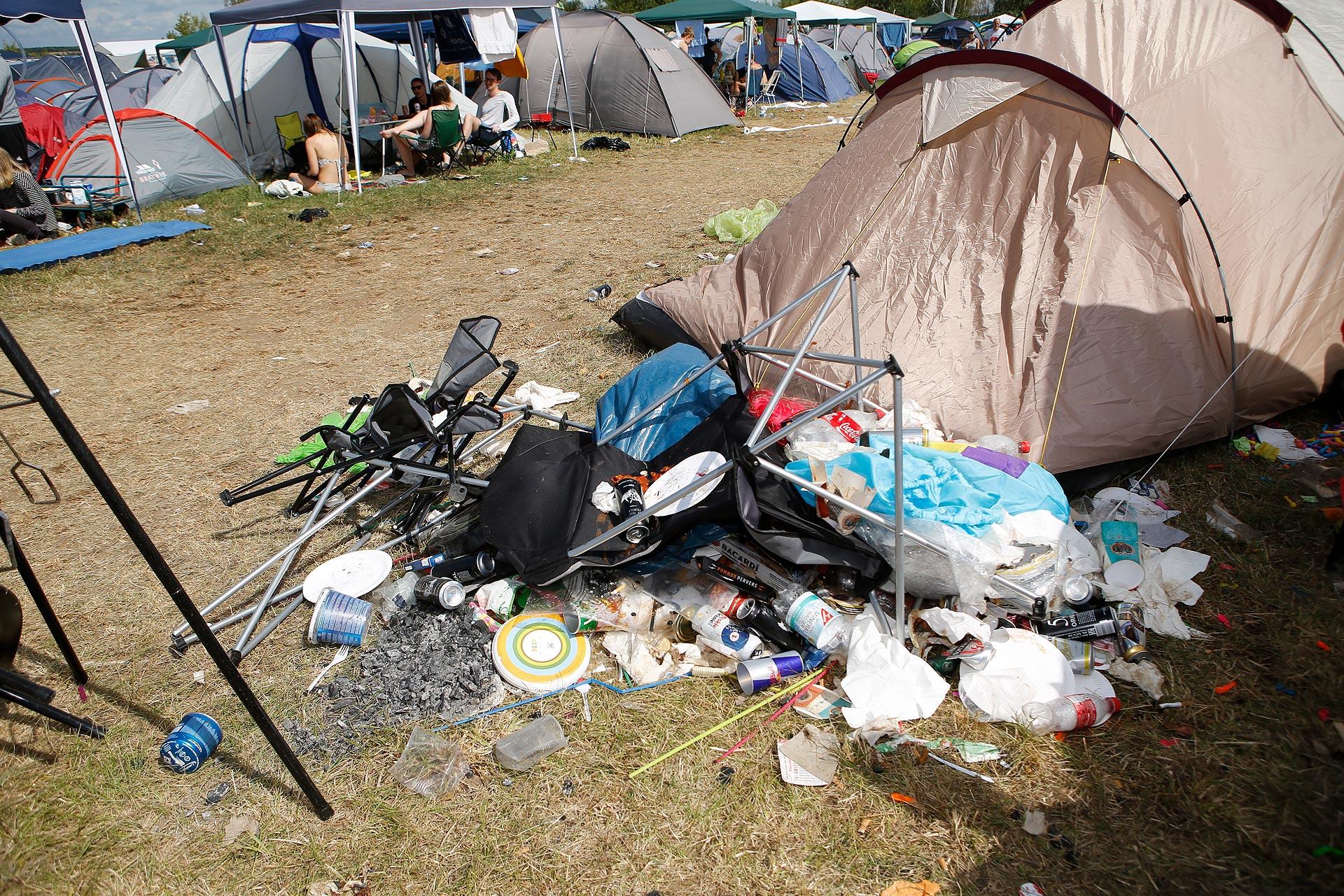 Müllberge türmen sich auf, nachdem die Festivalgänger nach Hause gefahren sind.