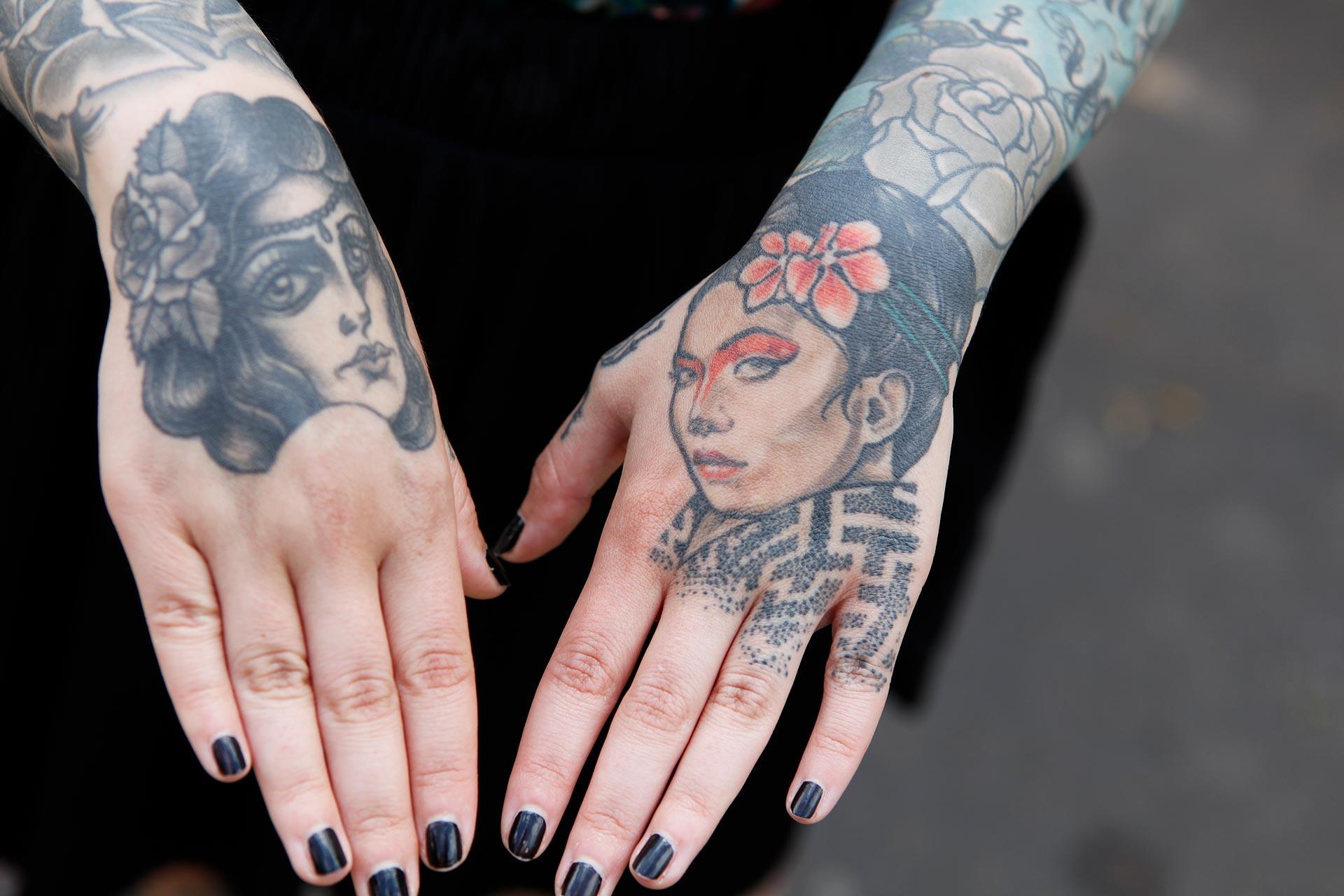Auch Tattoos auf den Händen sind für Nastassja kein Tabu. Sie würde sich auch gern noch den Po tätowieren lassen.