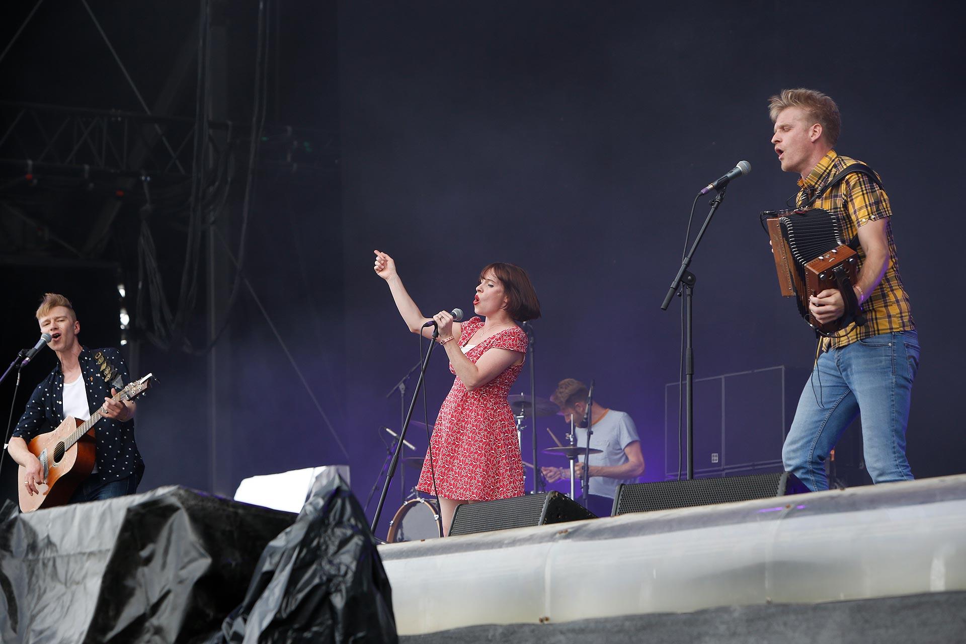 Schwungvollen Folk brachten Skinny Lister auf  die Bühne.