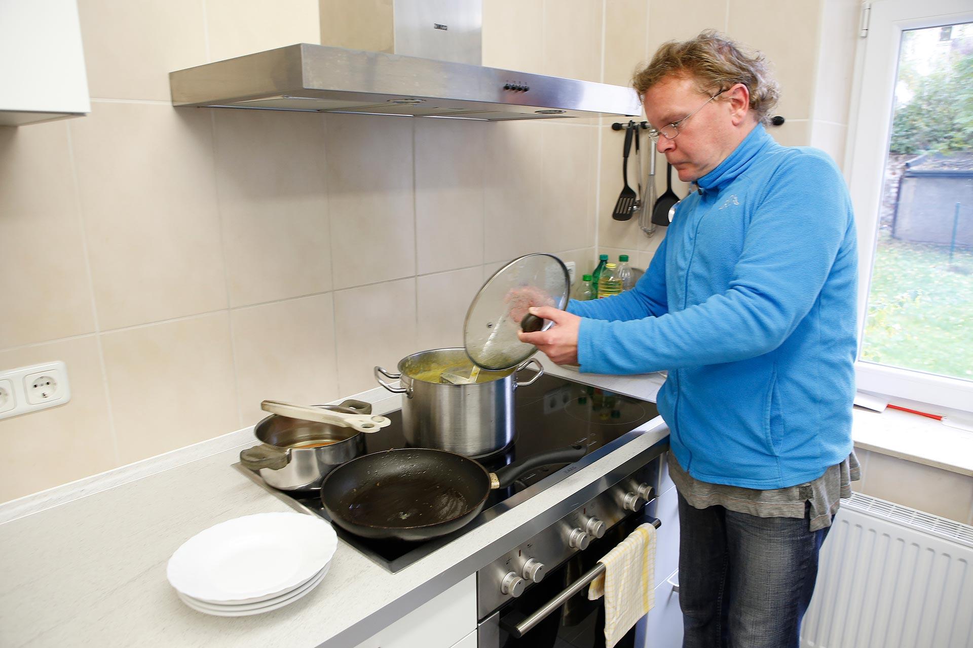 """Jeden Mittwoch besucht Daniel Volkmann das """"Blaue Café"""" in Leipzig, eine Begenungsstätte für Drogenabhängige. Dort kocht er auch für die anderen Gäste."""