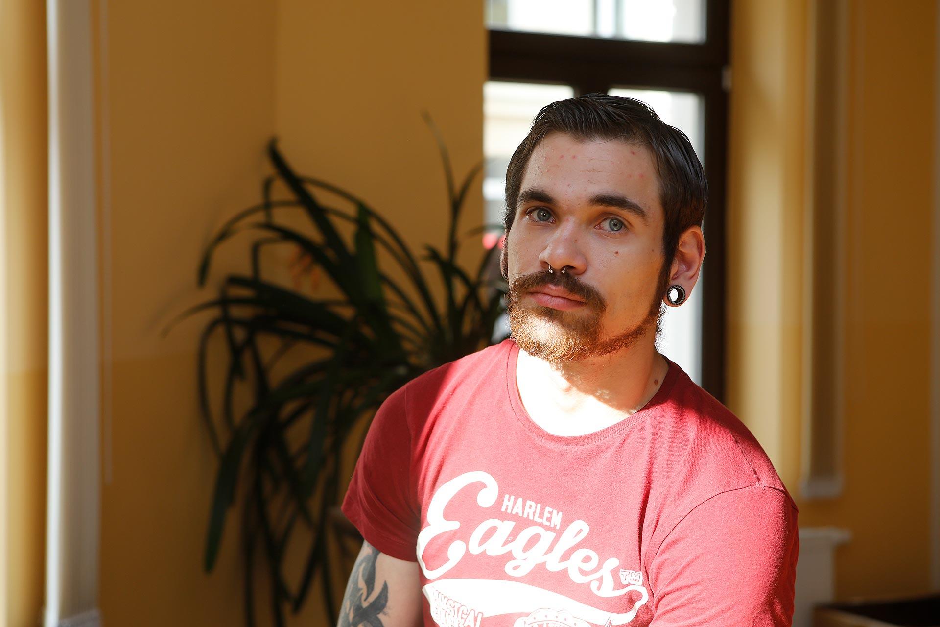 Micha nahm das erste Mal mit 17 Jahren Crystal und kämpft seitdem mit seiner Drogenabhängigkeit.