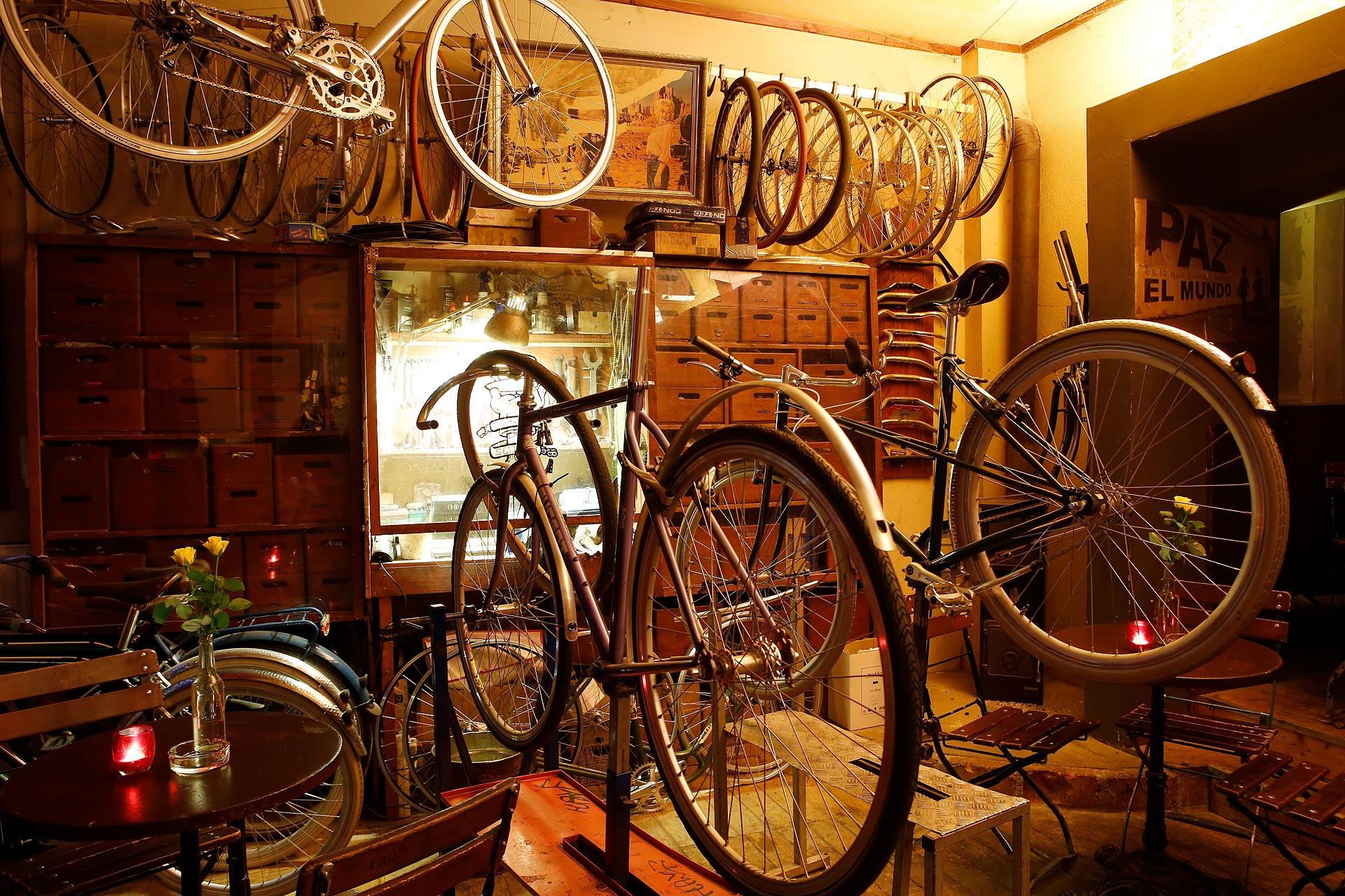 """Im """"Dr. Seltsam"""" werden tagsüber Fahrräder repariert. Abends wird aus der Werkstatt eine Kneipe."""