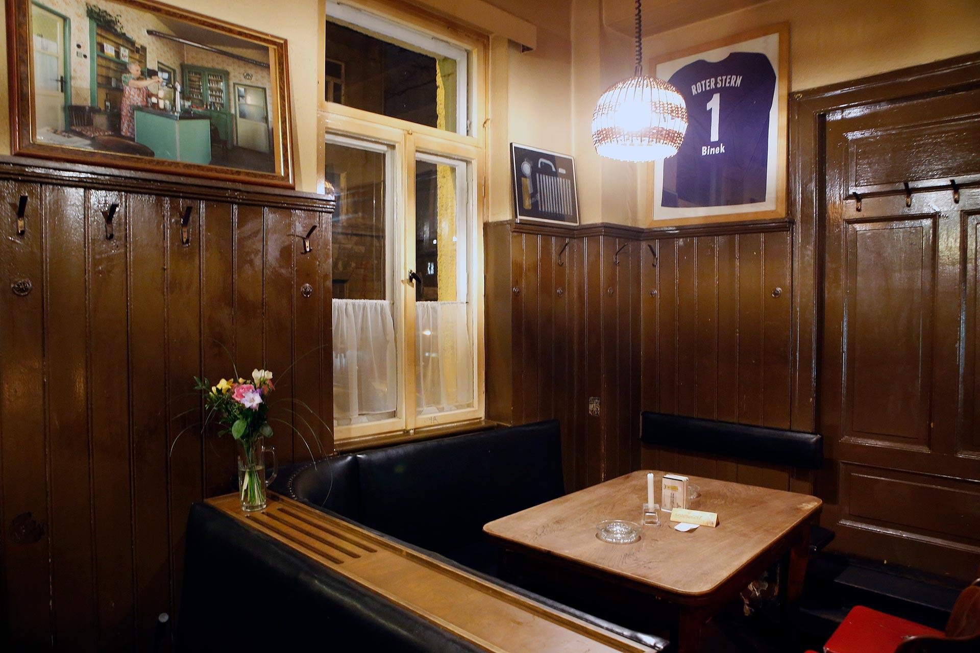 """Dieses lila Trikot an der Wand gehörte einem Torwart des Fußballclubs """"Roter Stern"""""""