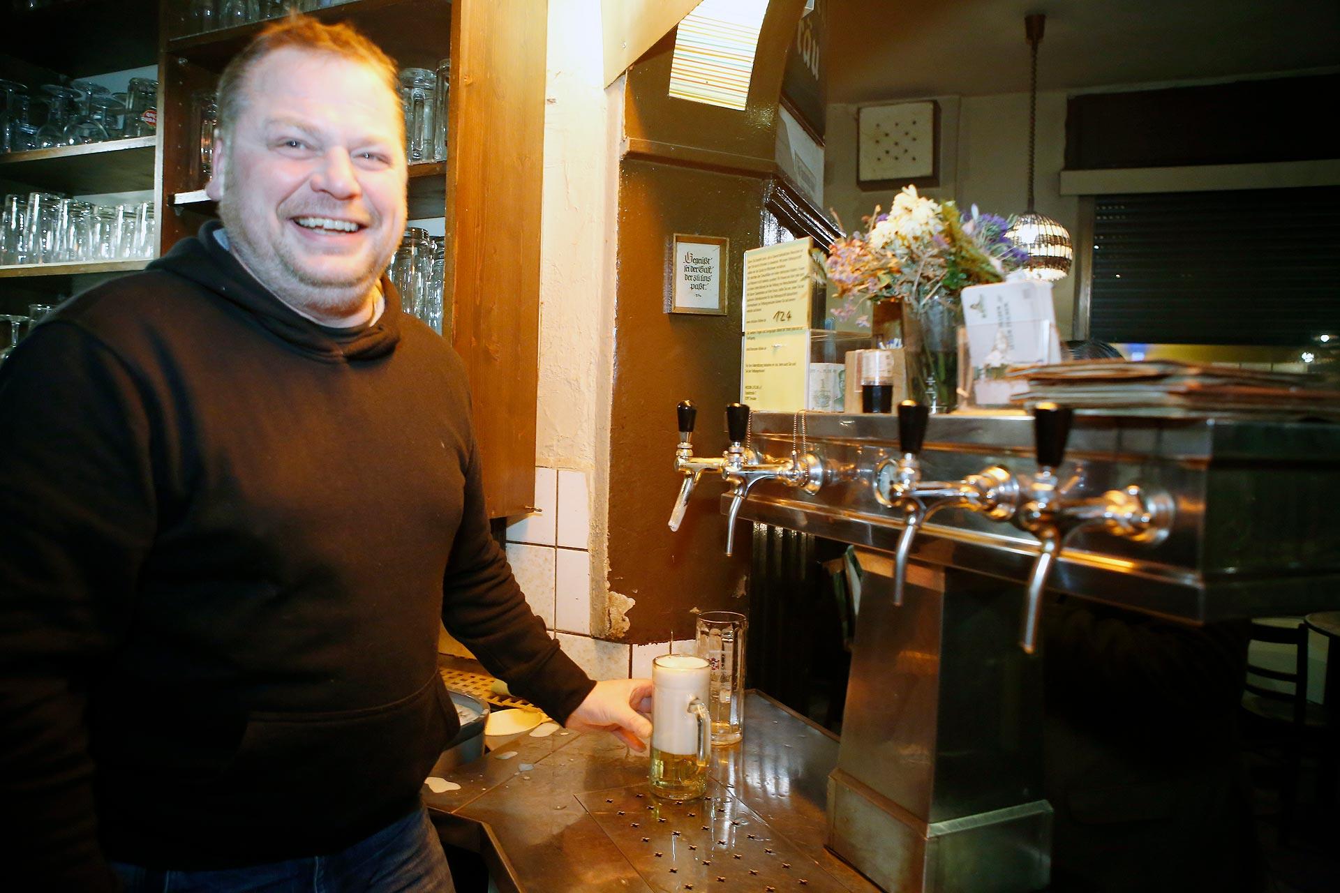 """Peter König ist seit 2004 Chef der Kneipe """"Frau Krause"""" in Connewitz."""