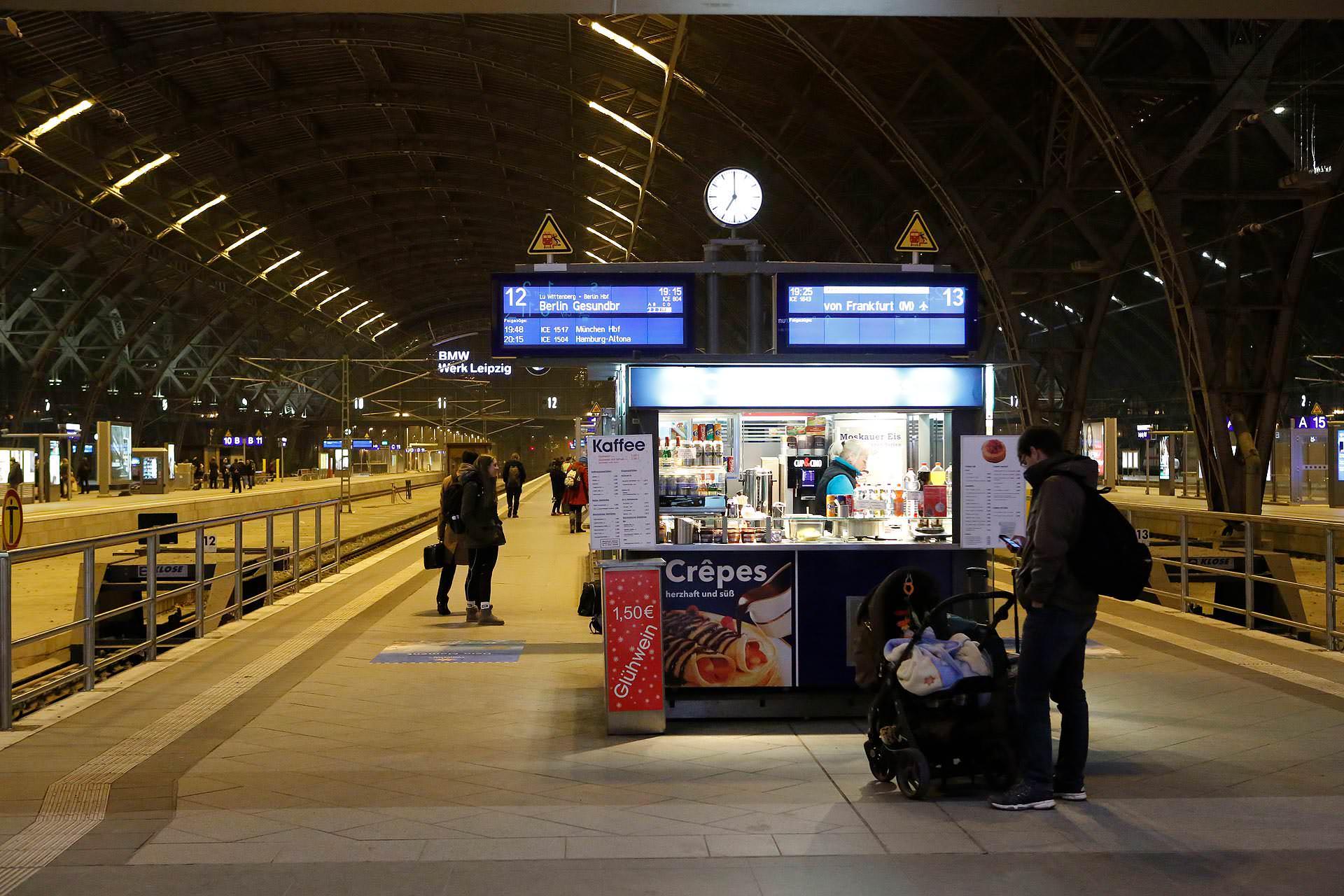 Schneider pendelt drei Mal pro Woche mit dem Zug nach Berlin.