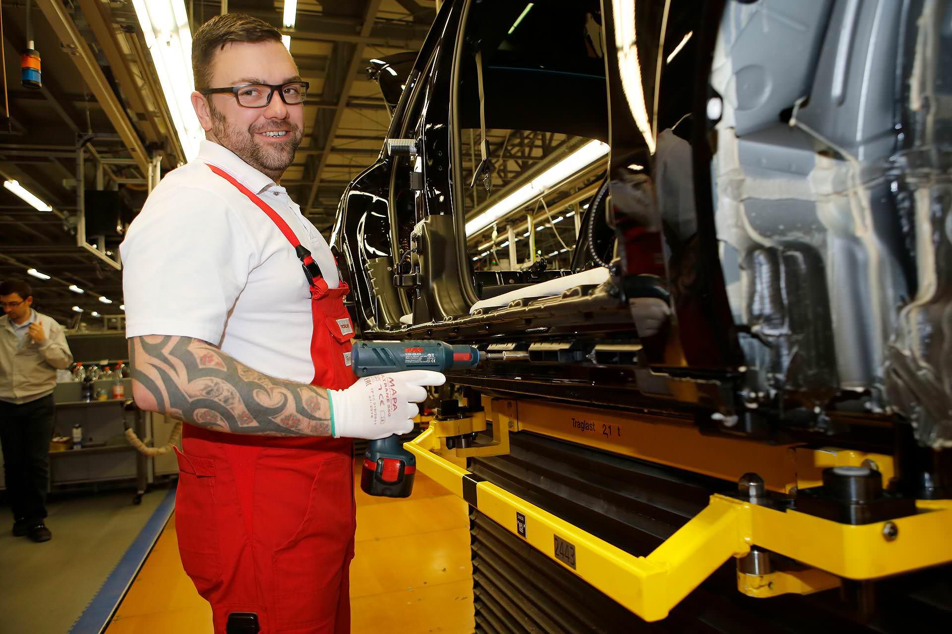 Björn Lindner mag seinen Jonb bei Porsche. Dafür nimmt er das Pemdeln auf sich